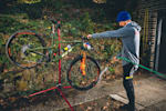 Martin Maes nettoie son vélo GT Downhill avec un tuyau
