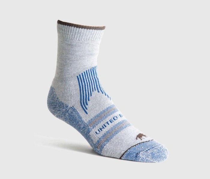 Unis par une chaussette bleue