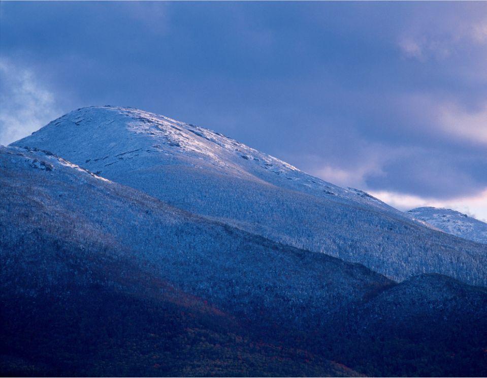 La deuxième plus haute montagne de New York, Algonquin Peak, offre aux randonneurs une grande montée avec une longue vue sur un océan de sommets.
