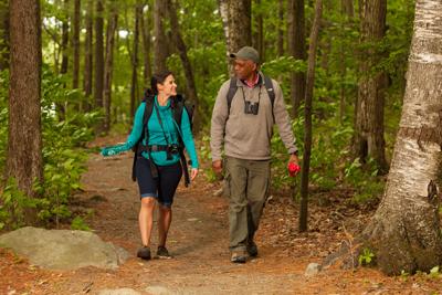 deux personnes en randonnée dans les bois.