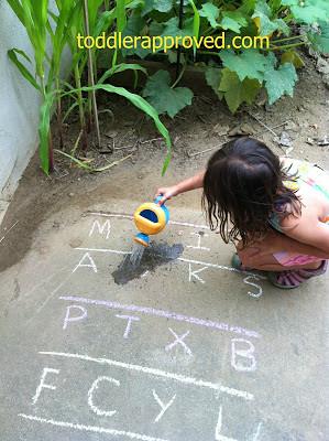 Arroser un jardin d'alphabet (photo de tout-petit approuvée)