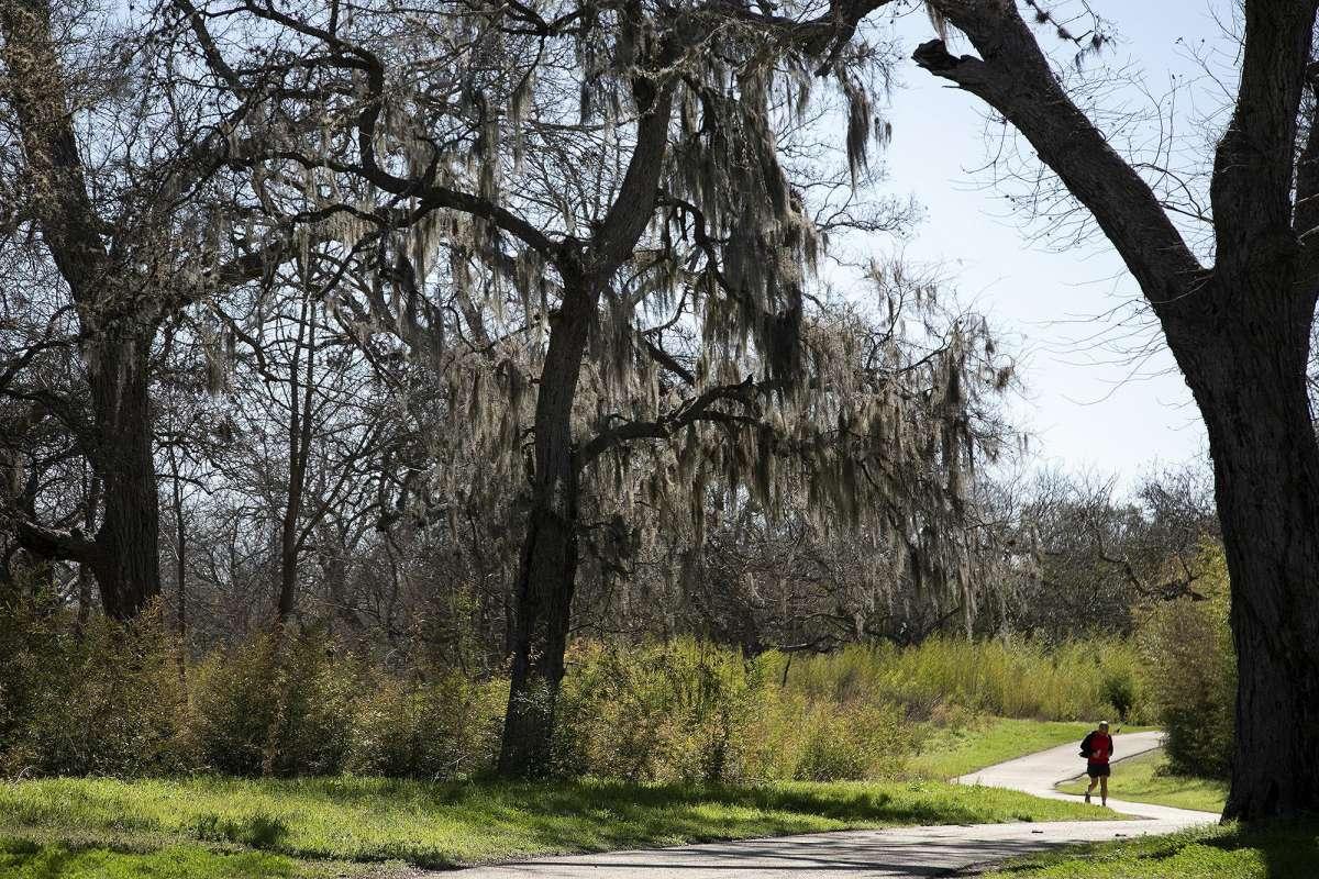 Ivan Dzhur court sur la voie verte Salado Creek.  Le président du comité local des ruisseaux linéaires croit que le réseau de voies vertes devrait à un moment donné augmenter ses heures d'ouverture pour permettre la conduite de nuit.