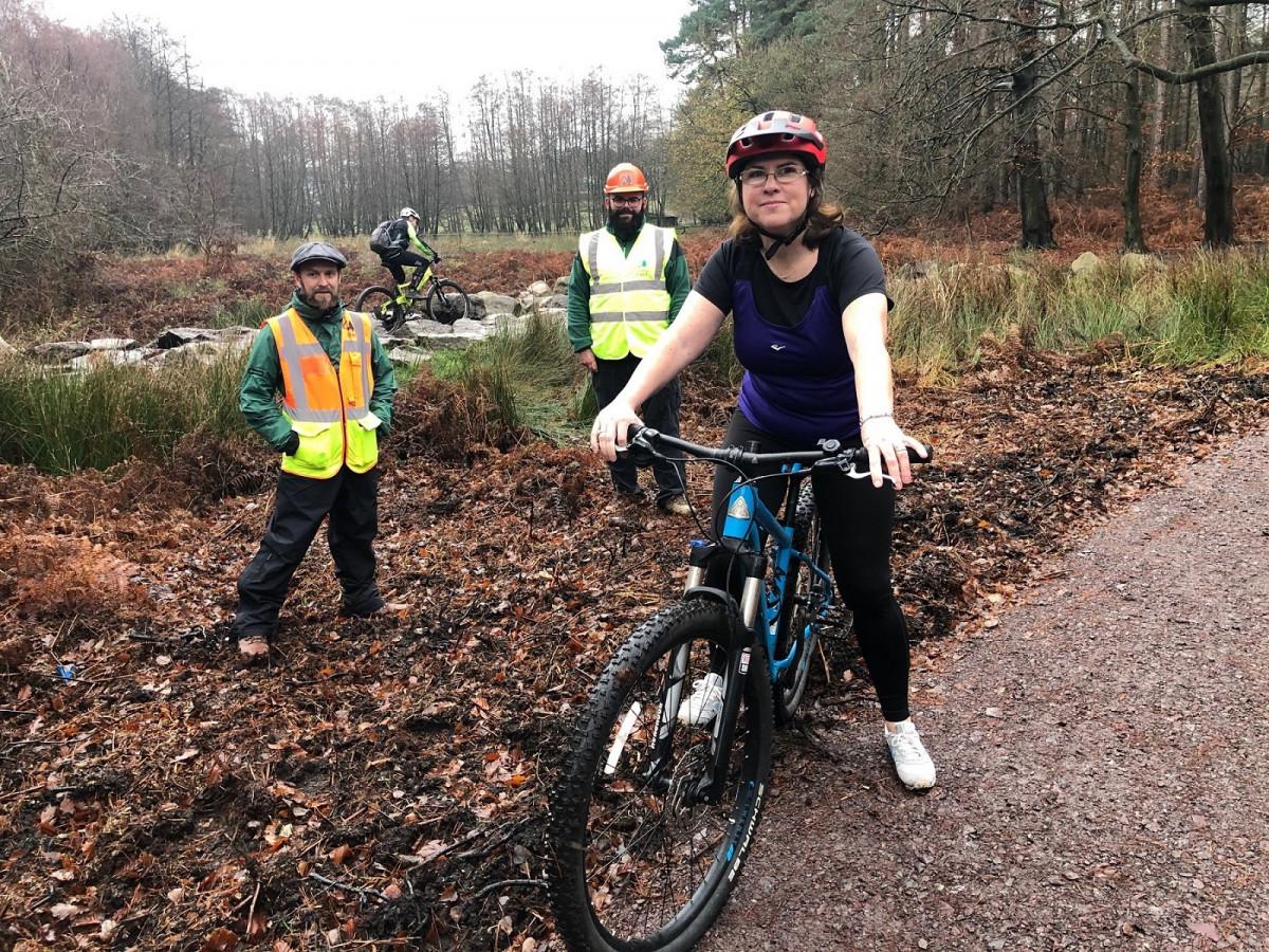 Cllr Victoria Wilson avec Gary Kelsey, directeur du centre forestier pour Cannock Chase Forest, et Richard Scott, ingénieur civil de district pour la foresterie en Angleterre.