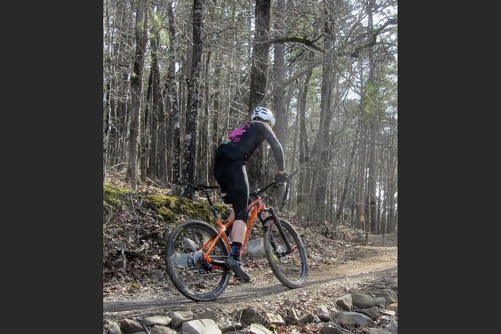 Les cyclistes sont le principal public des sentiers monumentaux de Pinnacle Mountain.  (Spécial à la Democrat-Gazette / Marcia Schnedler)