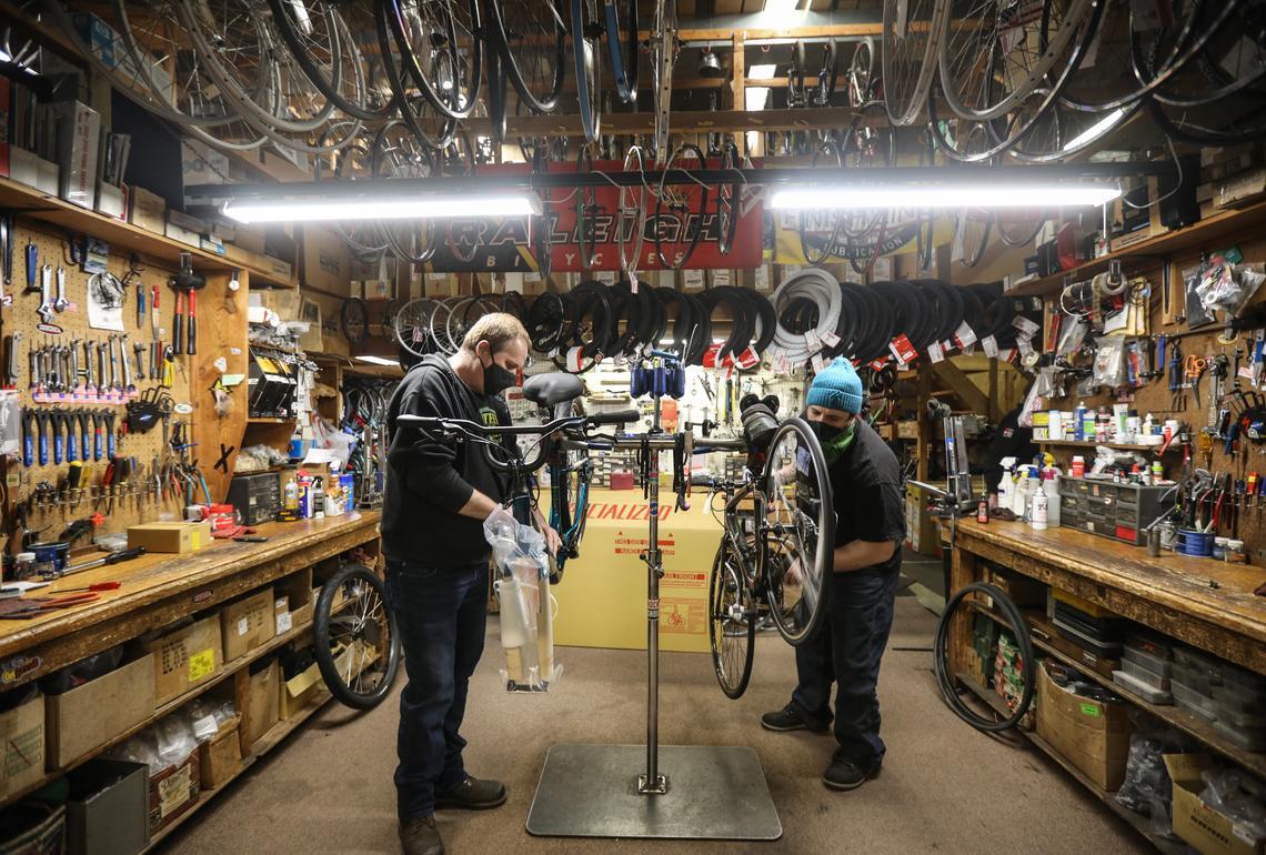 Le directeur des ventes de Bicycle Sports, Jason Bond, à gauche, et le mécanicien de vélo Jake Dombrock travaillent sur un nouveau vélo et le vélo d'un client dans la boutique du magasin de Rochester le mardi 16 mars 2020 (Ken Klotzbach / kklotzbach@postbulletin.com)