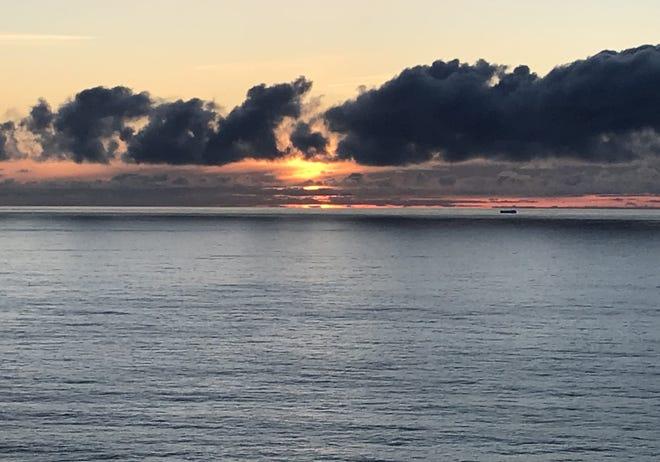 Le soleil se couche dans cette vue du haut du sentier du cap Sebastian.