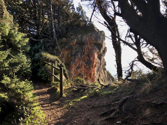 Le sentier à flanc de falaise du cap Sebastian vu près du point culminant du sentier.