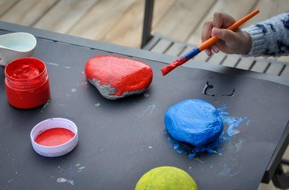 peindre des roches est une grande activité indépendante