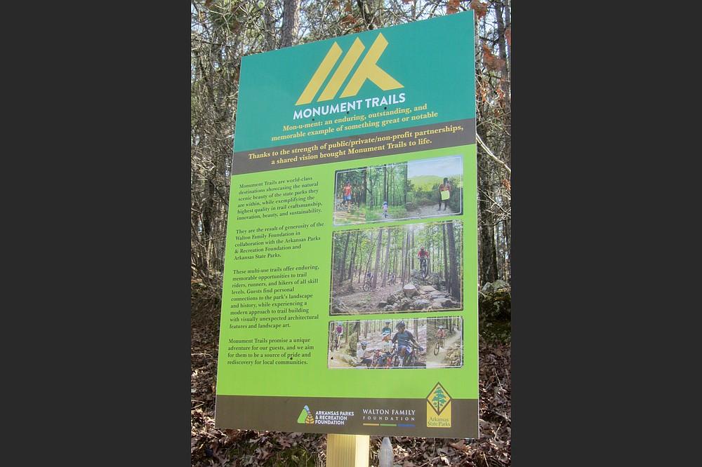 Des panneaux à certains points de départ expliquent les nouveaux sentiers de monument du Pinnacle Mountain State Park.  (Spécial à la Democrat-Gazette / Marcia Schnedler)