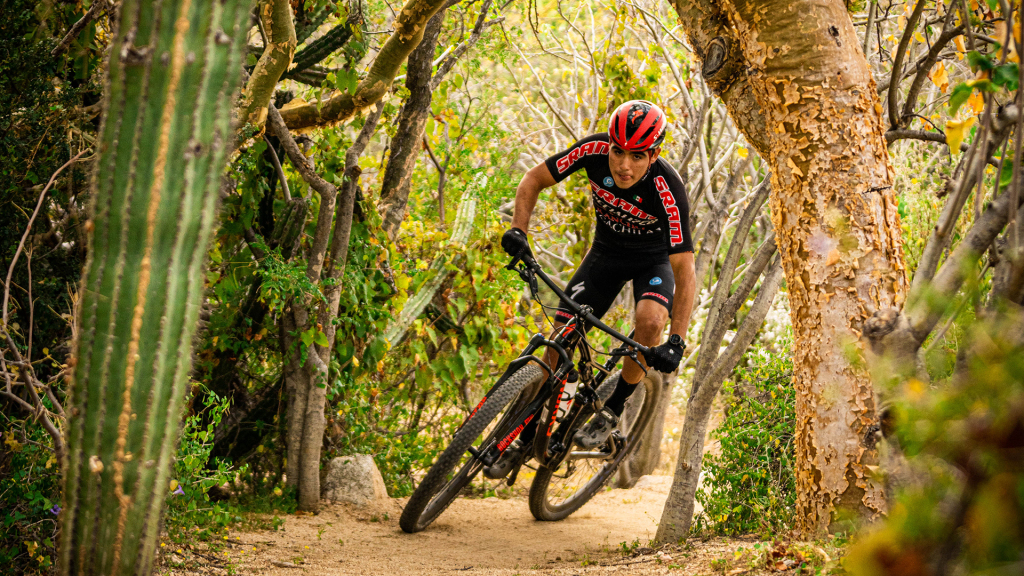 Le coureur de vélo de montagne professionnel local Joel Ramirez s'entraîne fréquemment sur les sentiers qui bordent le ranch