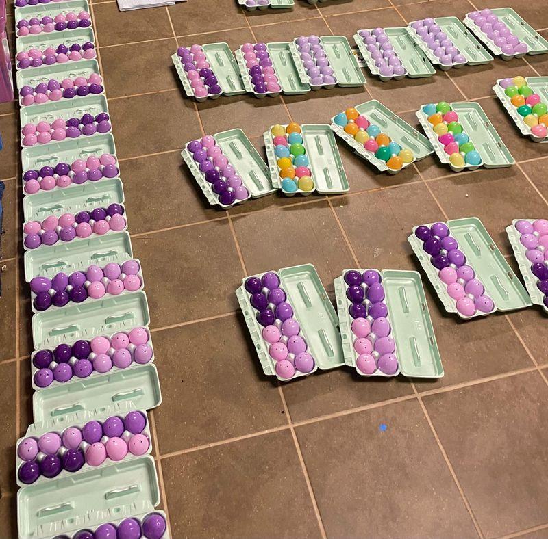 La famille Spady a créé plus de 60 kits d'oeufs de Pâques de la résurrection avant de les distribuer à d'autres familles de la congrégation de l'Église luthérienne du Rédempteur.  Gracieuseté de Michelle Spady