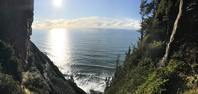 Un point de vue vu du haut du sentier à flanc de falaise du cap Sebastian.