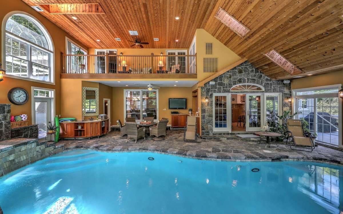 Salle familiale / solarium avec piscine Gunite chauffée au 47 Golden Hill Lane, Shelton.