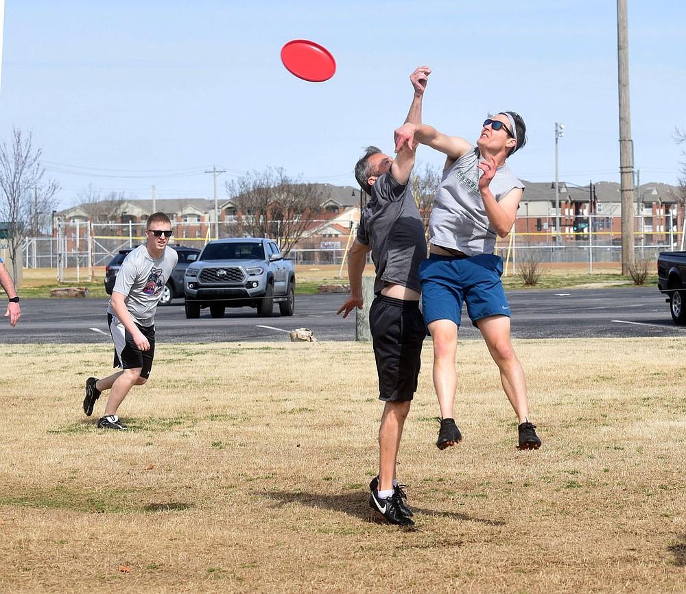 Aaron Smith (à droite) et ses coéquipiers joueront à l'Ultimate Frisbee le mardi 16 mars 2021 au Phillips Park de Bentonville.  La proposition d'obligations du 13 avril comprend 32,75 millions de dollars pour les parcs.  (NWA Democat-Gazette / Flip Putthoff)