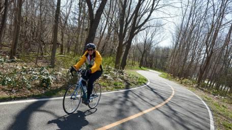 Un cycliste roule le long de la gare de Port Jefferson