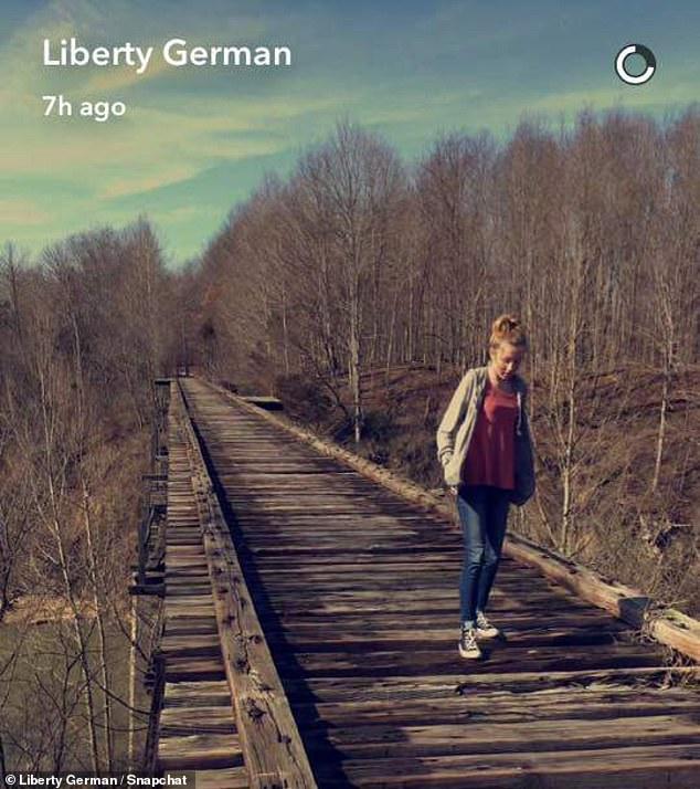 Libby a publié cette photo d'Abby sur un pont ferroviaire abandonné quelques heures avant leur disparition