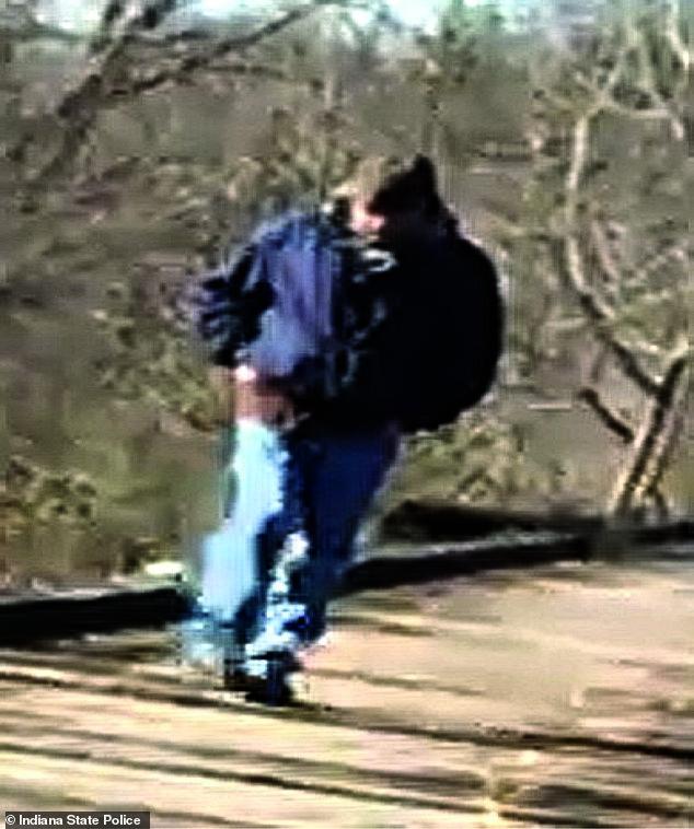 On pense que cet homme en jean bleu et en veste bleue est un suspect dans les meurtres des filles