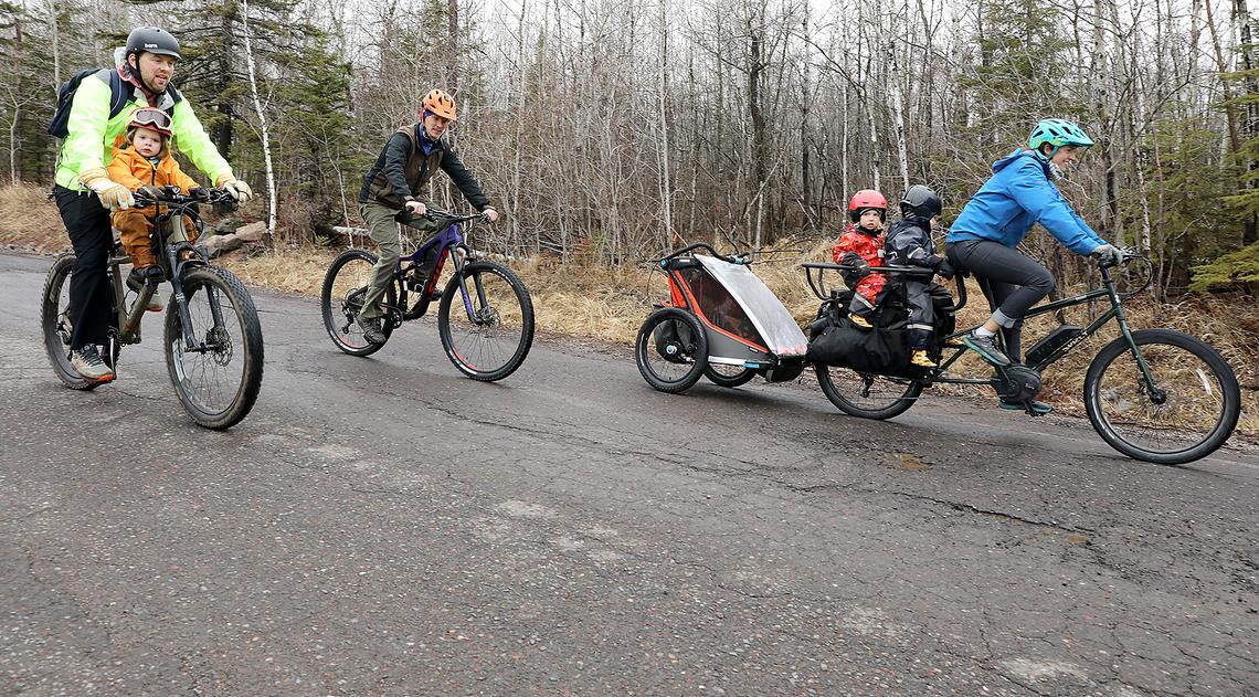 Les passionnés de vélo cargo électrique Brandon Benzer, Matti Erpestad et Kaitlin Erpestad vont faire un tour sur Brighton Beach Road à Duluth vendredi après-midi.  Les Erpestad ont acheté un vélo électrique en août.  (Jed Carlson / jcarlson@superiortelegram.com)