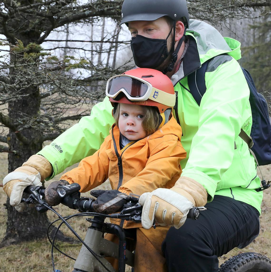 Finley Benzer, 3 ans, est assise sur le vélo de son père alors qu'elle se prépare à rouler le long de Brighton Beach.  Brandon Benzer a été surpris de voir à quel point il se sent à l'aise sur la moto avec un passager supplémentaire.  «Je n'ai pas besoin de tendre la main autour d'elle ou quoi que ce soit, et nous pouvons parler à un volume normal», dit-il.  (Jed Carlson / jcarlson@superiortelegram.com)