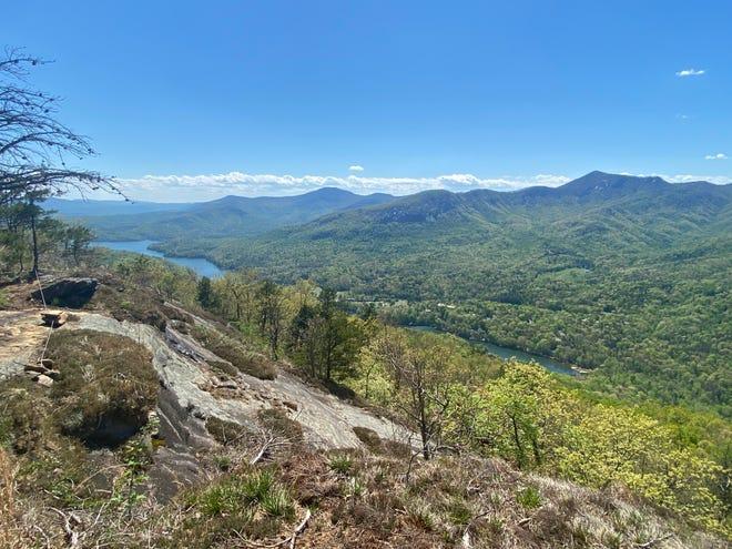 La vue depuis le sommet du nouveau sentier Youngs Mountain, qui offre une vue panoramique sur le lac Lure, Rumbling Bald, Weed Patch Mountain et la gorge inférieure de Hickory Nut.  Conserving Carolina a ouvert le sentier de 2,1 milles avec une coupe de ruban le mercredi 21 avril.
