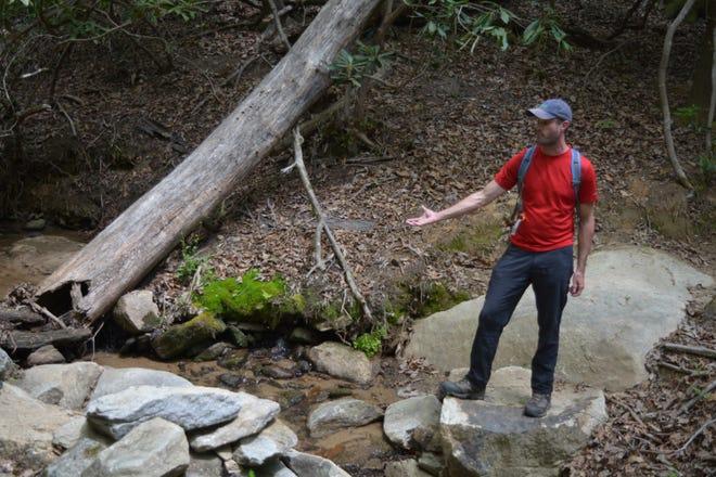 Peter Barr, spécialiste de la conservation des sentiers de la Caroline, qui a conçu le nouveau sentier Youngs Mountain, explique certaines des caractéristiques de durabilité intégrées au sentier lors d'une tournée le lundi 19 avril 2021.