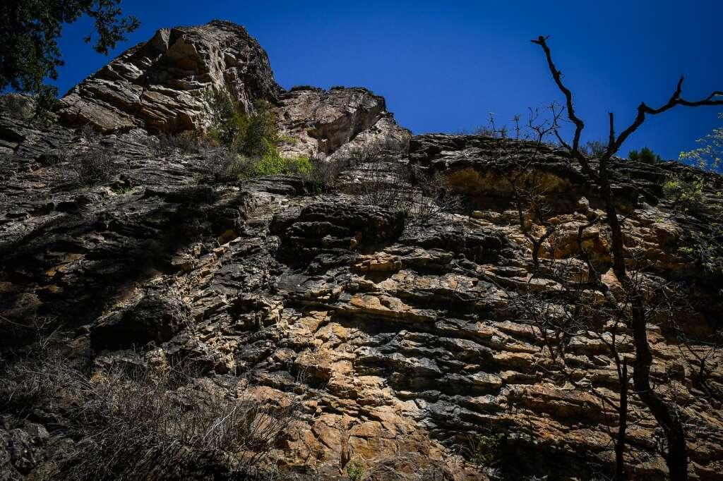 Une falaise au-dessus du sentier du lac Hanging est carbonisée après l'incendie de Grizzly Creek qui a balayé Glenwood Canyon l'été dernier.  | Chelsea Self / Post indépendant