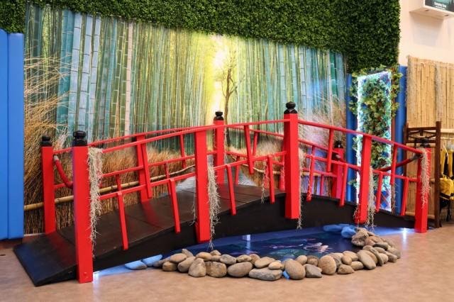Un pont fait sur mesure de style japonais se dresse à l'intérieur du nouveau centre de loisirs de plein air, Camp Zama, Japon, le 30 avril. Kenji Osada, un employé de maintenance de la famille et du moral, du bien-être et des loisirs du Camp Zama, l'a construit.