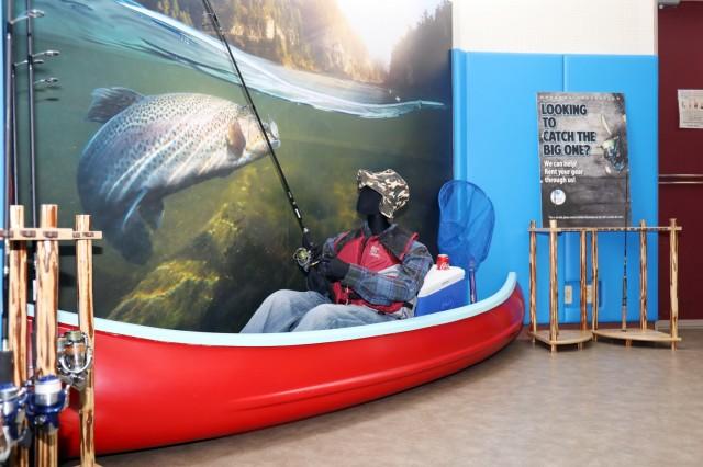 Un présentoir de pêche grandeur nature se trouve à l'intérieur de la nouvelle installation de loisirs de plein air, Camp Zama, Japon, le 30 avril. Kenji Osada, un employé chargé de l'entretien de la famille et du moral, du bien-être et des loisirs du Camp Zama, l'a construit à partir d'un vieux canot.