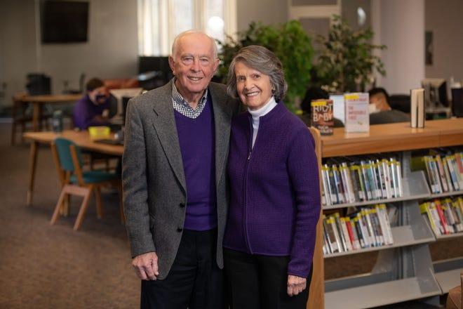 Bob et Jan Archer se tiennent à l'intérieur de la bibliothèque de l'Université Ashland, qui portera bientôt leur nom.  Le couple a fait le plus grand don ponctuel de l'histoire universitaire - plus de 10 millions de dollars - qui serviront principalement aux types de bourses d'études qui les ont aidés tous les deux à acquérir leurs propres études collégiales.