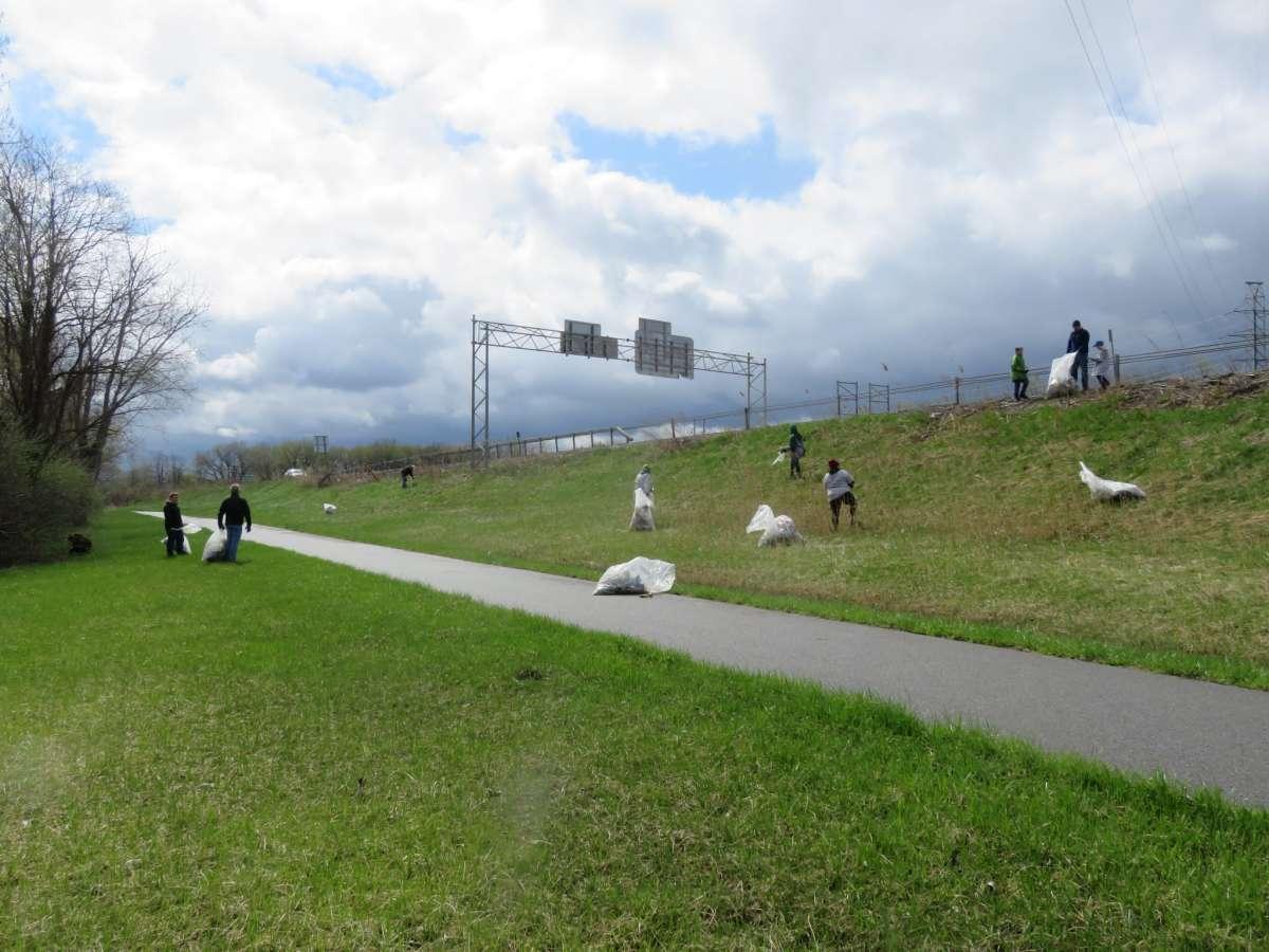 Des bénévoles nettoient le long du sentier de randonnée à vélo Mohawk-Hudson à Rotterdam lors du balayage du canal en 2019.