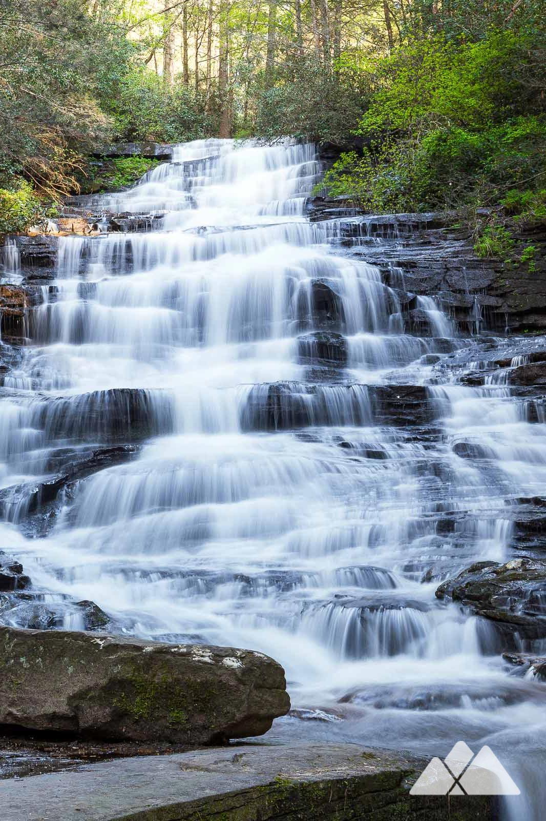 Parcourez un court sentier adapté aux enfants jusqu'à la magnifique cascade Minnehaha Falls, dans le nord de la Géorgie