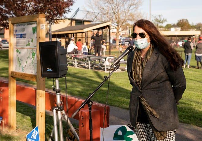La présidente de Park Spirit, Brittany Legasey, s'adresse à une foule rassemblée pour célébrer les 21 panneaux et kiosques directionnels et d'information nouvellement installés le long du sentier est-ouest de 14 milles de Worcester jeudi.