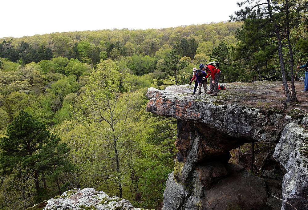 Carol Taylor (de gauche à droite) Karen Mowry et Tom Mowry explorent un piédestal de roche au sommet plat.  (NWA Democrat-Gazette / Flip Putthoff)