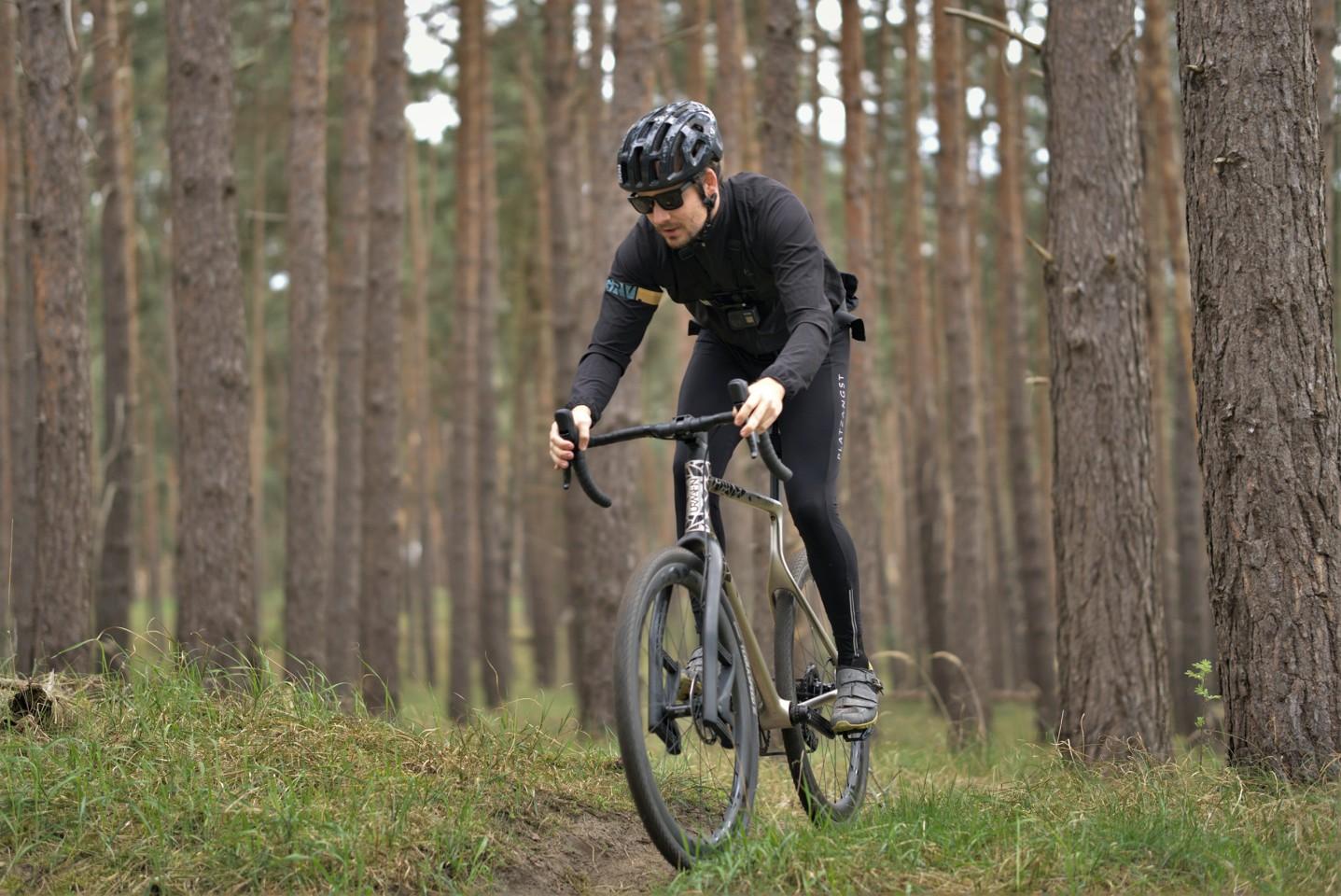 Comme les autres vélos de gravier, l'Urwahn Acros est conçu pour être utilisé sur l'asphalte lisse, les routes de gravier et les sentiers de terre